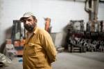 Arbeiter in der Fabrikhalle von VIO.ME